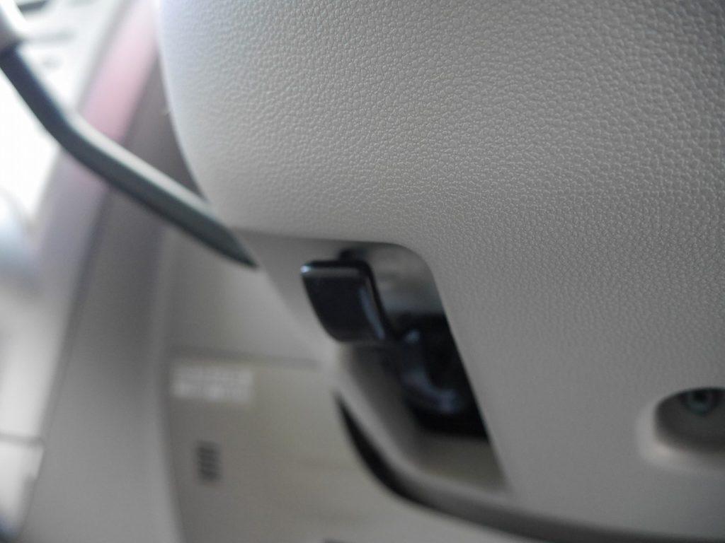 ■ハンドルの高さを微調節できるステアリングチルトレバー