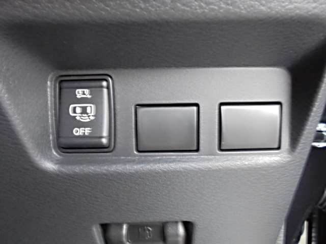 ■左側ハンズフリーオートスライドドアON/OFFスイッチ。車体下のセンサーに足を入れることでスライドドアを開くことのできる機能です