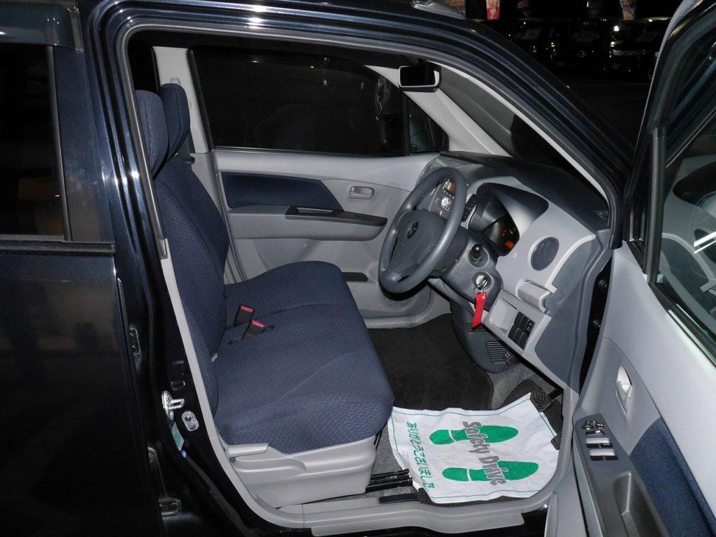 ■フロントシート。運転席と助手席の繋がったベンチシートなので、運転中もゆったり座れます♪
