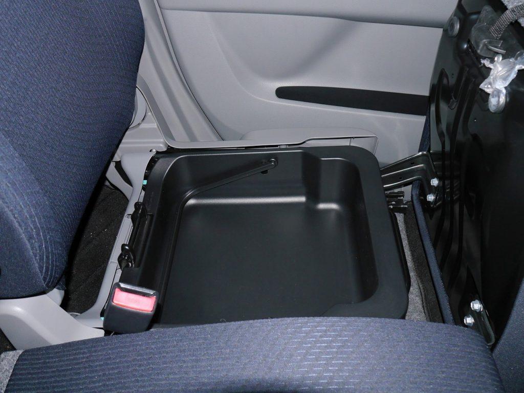 ■助手席シート下収納