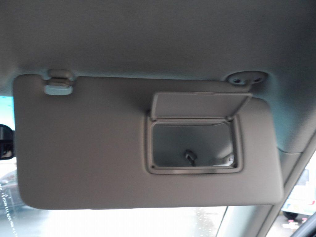 ■降車前の身だしなみチェックにも便利なバニティミラー
