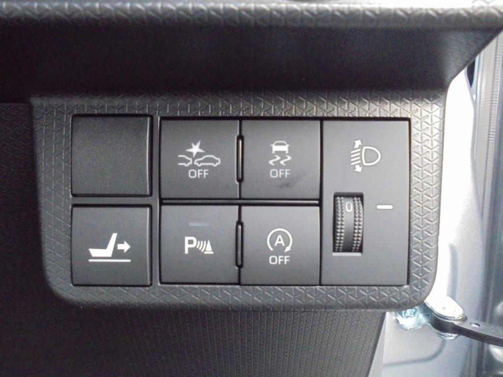 ■衝突被害軽減ブレーキ ■横滑り防止装置 ■リアシートスライドボタン ■リアパーキングセンサー ■アイドリングストップ