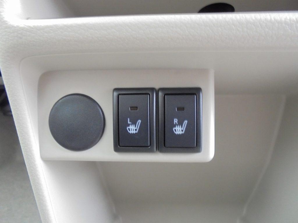 ■運転席・助手席にはシートヒーターあり! 寒い冬でもおしりがポカポカして快適♪
