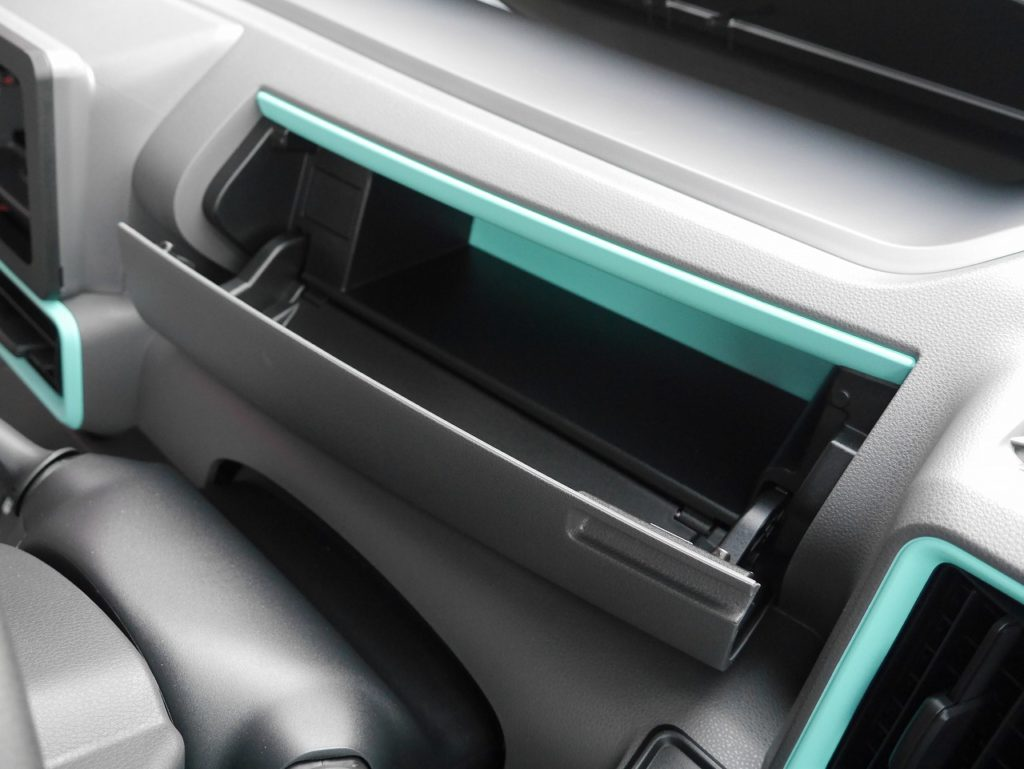 ■運転席収納スペース