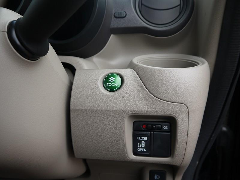 ■左側パワースライドドア開閉スイッチ。運転席から操作できるので、ご家族やご友人の送迎にも便利ですよ♪ ■ECONスイッチ