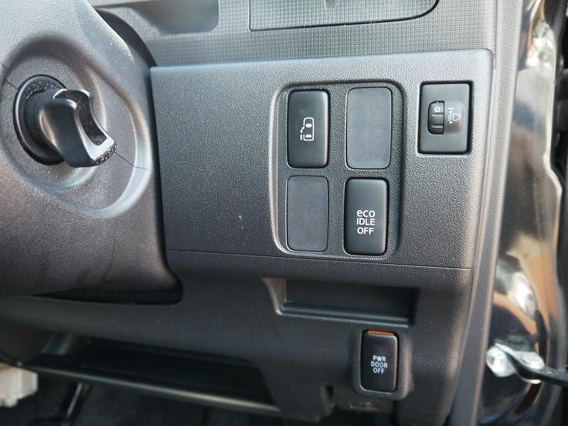 ■パワースライドドア開閉スイッチ。運転席から操作できるので、ご家族やご友人の送迎などにも大活躍!