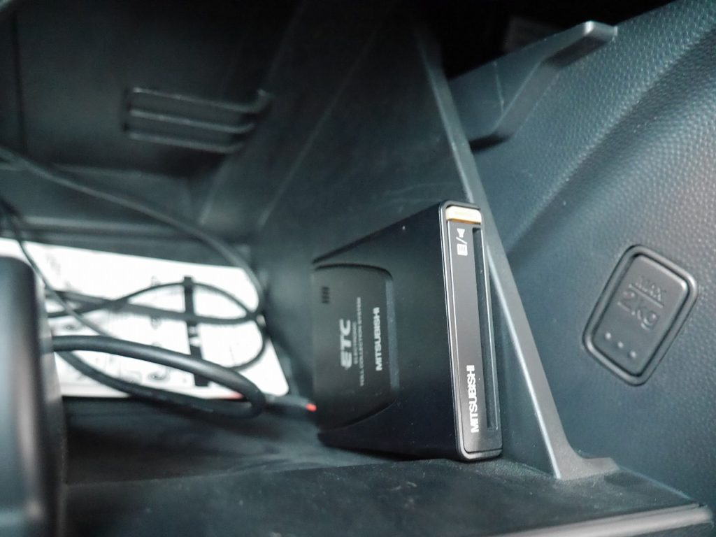 ■ETC車載器。ETCカードを挿入すれば高速道路もラクラク!