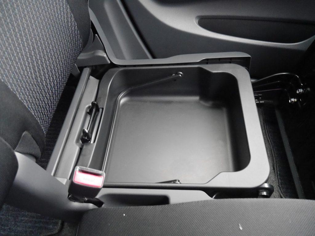 ■助手席シート下収納スペース