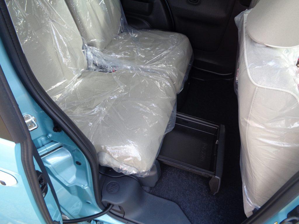 ■後席シート下や足元空間を有効活用できる「置きラクボックス」。足元に置きたくないバッグを置いたり、中敷を立ち上げれば買い物袋など倒れやすい荷物も安定して積めます♪